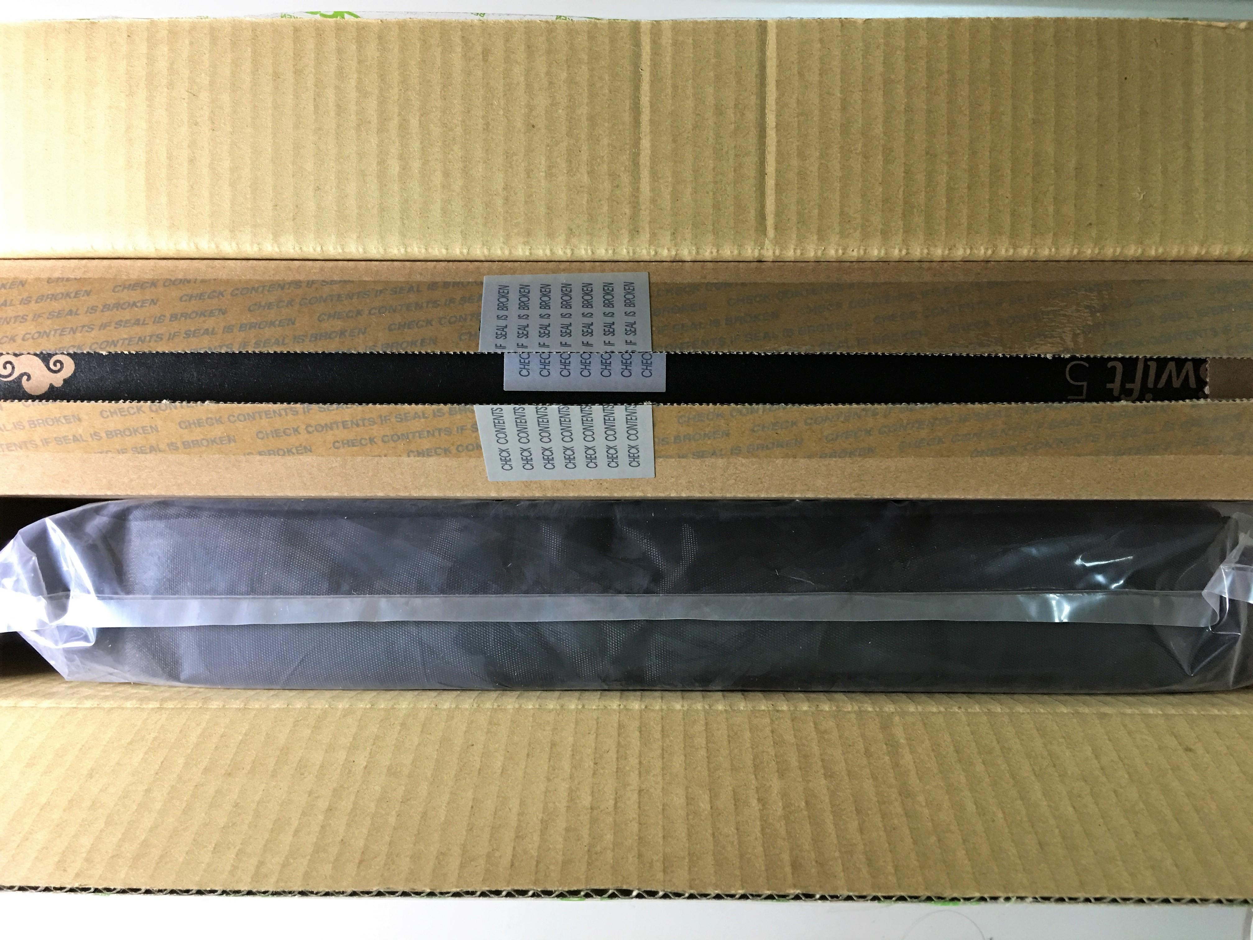 利用美工刀將印有Acer字樣的交代割開後,可以看到箱子內部狀況,裝有黑箱、收納袋一個。