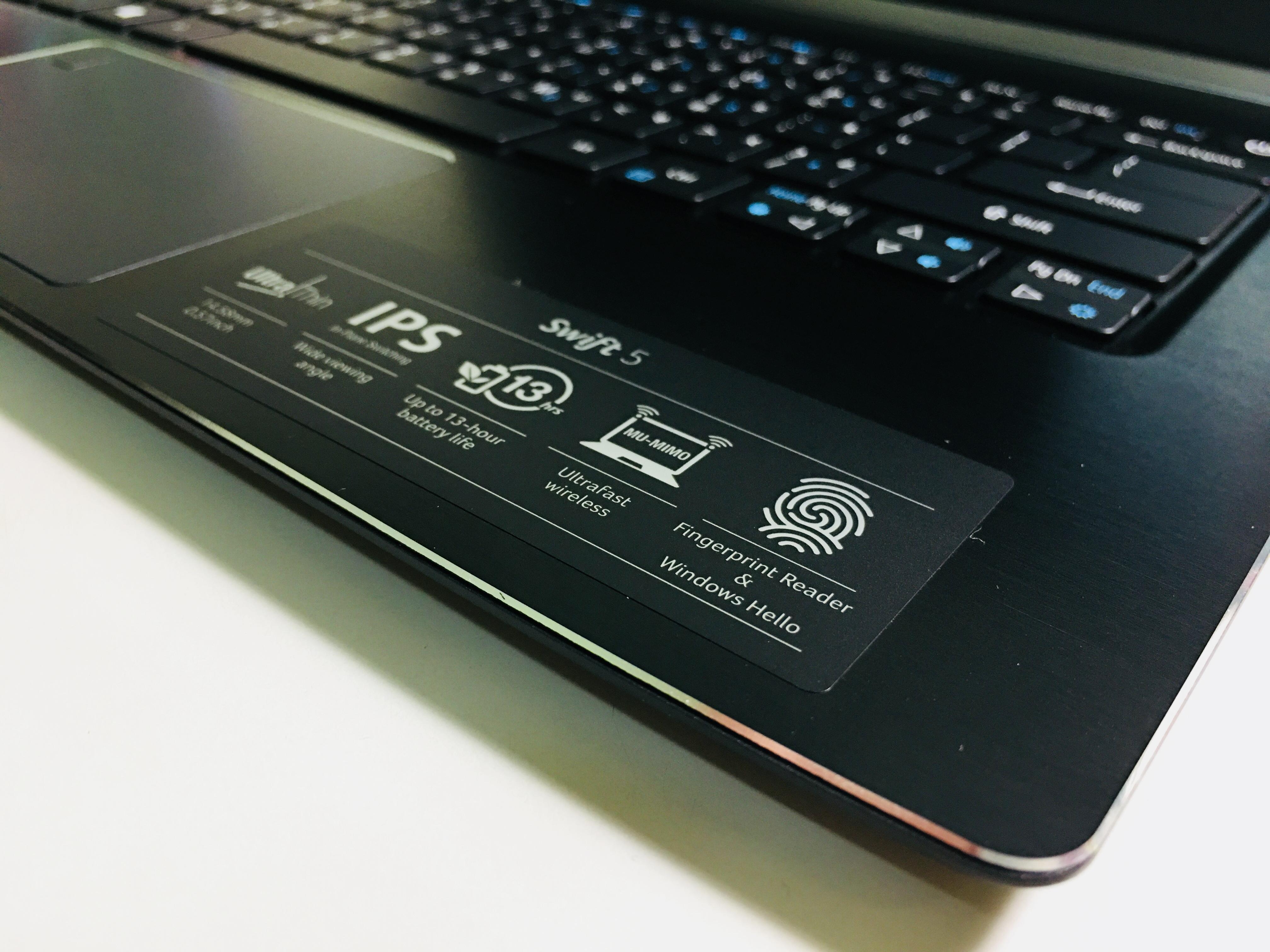 機身右方裁切,並貼有功能特色的貼紙。 Ultra Thin超薄機身,14.58mm,0.57inch IPS螢幕,超廣視角 長效電池,官方版測試高達13小時使用時間 指紋辨識