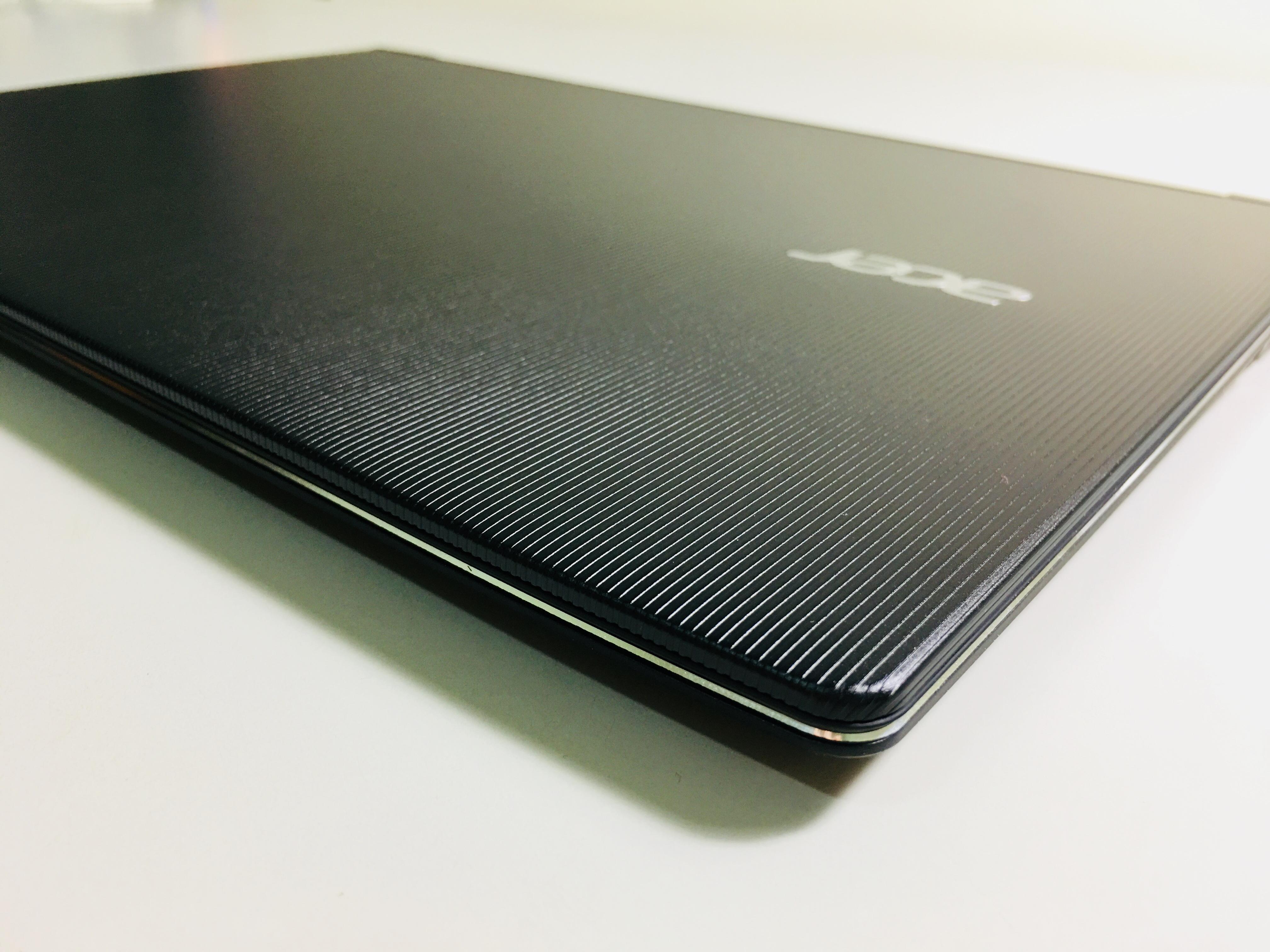 Acer Swift 5機身上蓋採用金屬壓印設計,右側印有Acer字樣,但非給使用人看的XD
