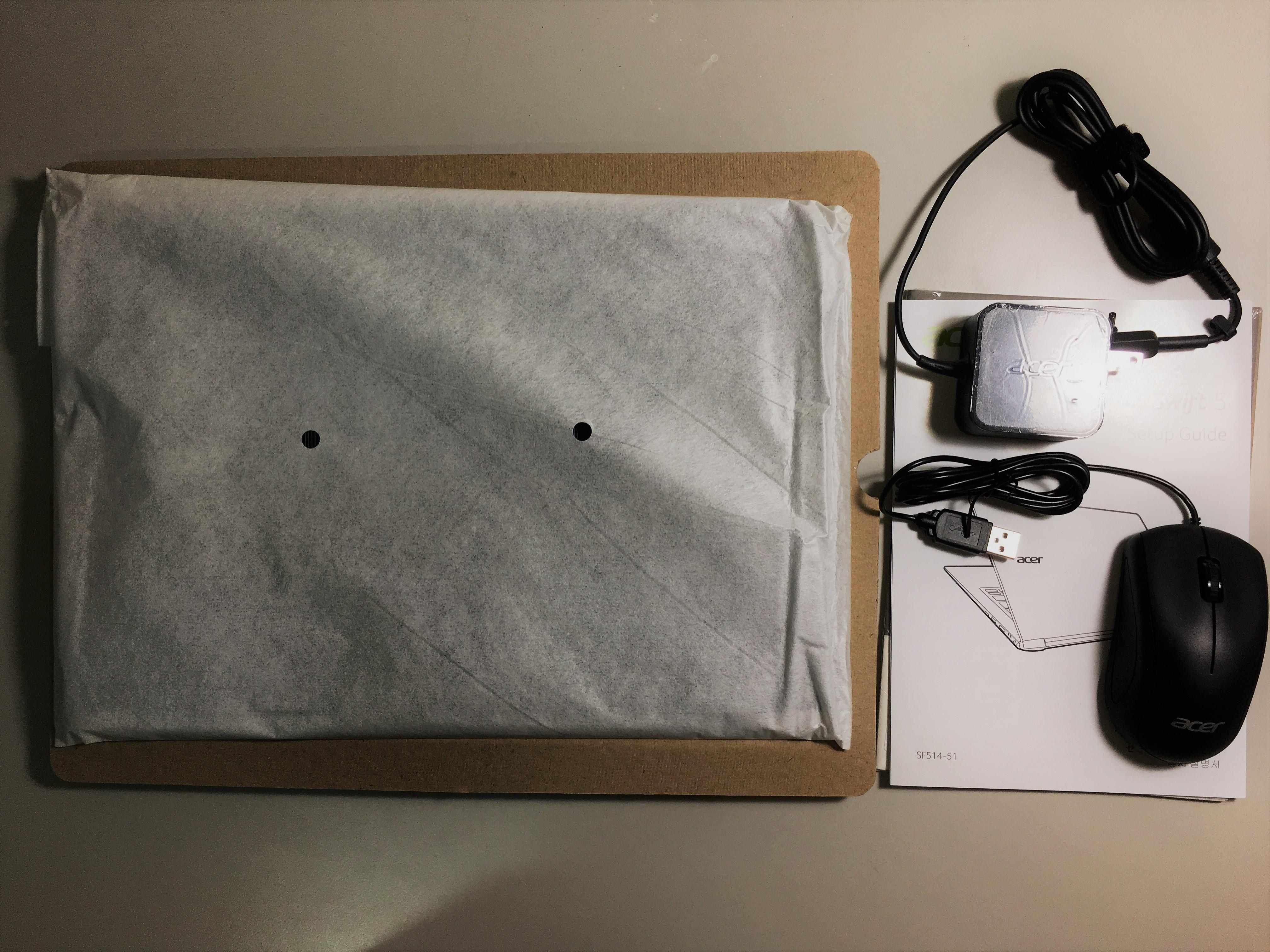 打開後,左邊違背包覆的筆電,右邊為電源線、滑鼠