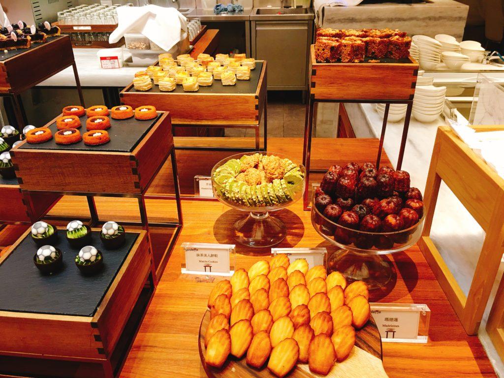 甜點區吧檯有各類做工精緻的甜點,整個整心悅目