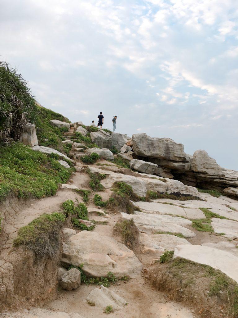從岩縫走來約300至400公尺即是沿岸盡頭,接壤的是獅頭山公園步道