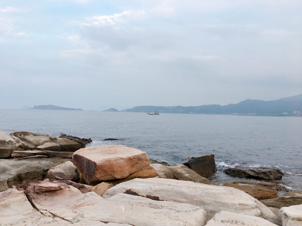 坐下休息,可以眺望海面上零星的漁船