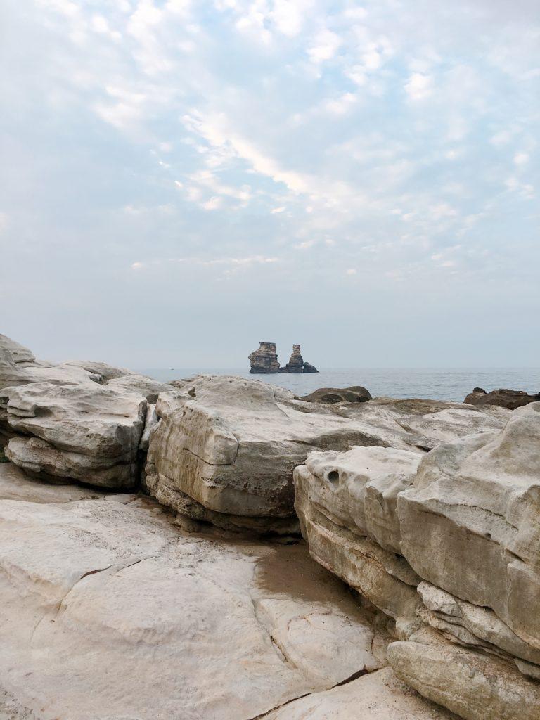 依照自己體力狀況,可以隨處坐下看海休息,「燭臺雙嶼」近在眼前