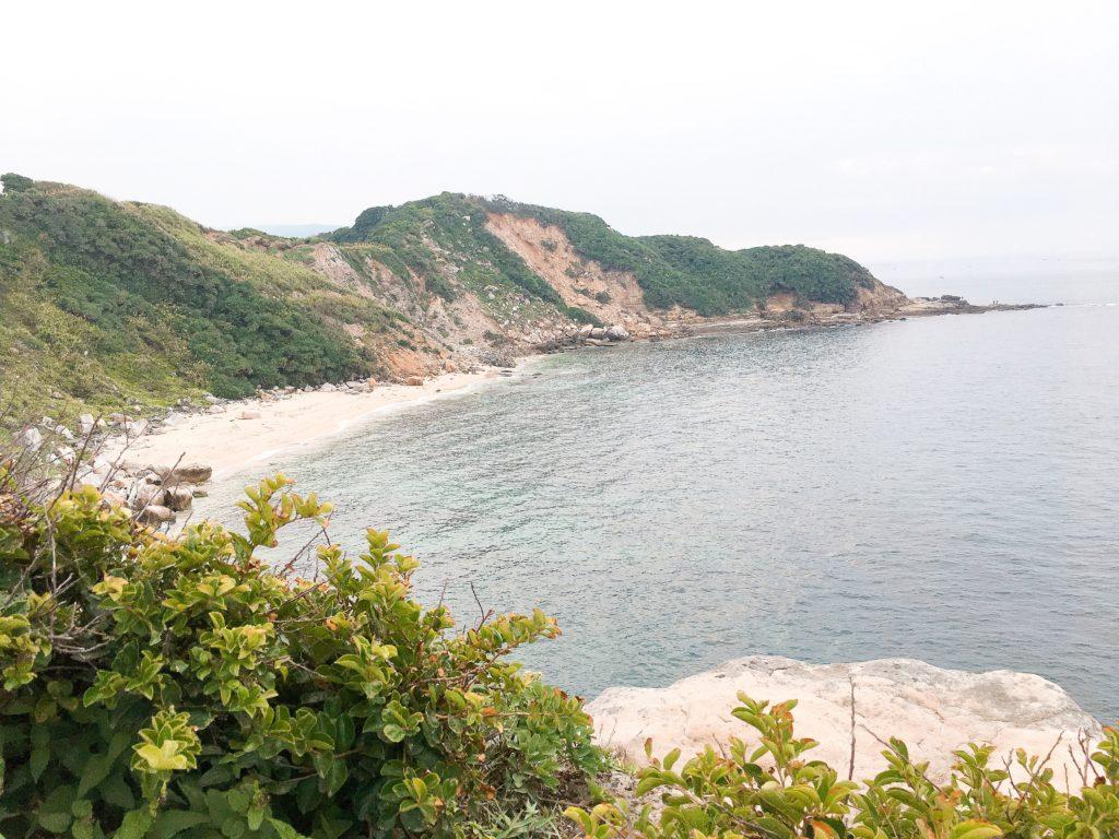 最令人驚喜的是這處充滿原始感的神秘沙灘,白色的沙灘與清澈湛藍的海水,令人頗有置身國外之感